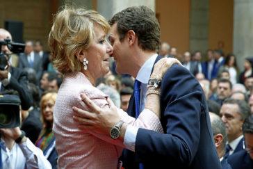 Pablo Casado saluda a Esperanza Aguirre en la Real Casa de Correos