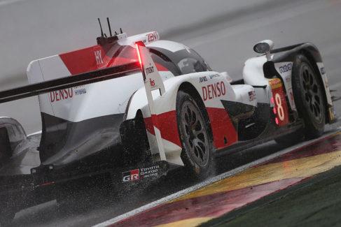Alonso arrasa bajo la lluvia en Spa, primera parada de  sus seis semanas de vértigo