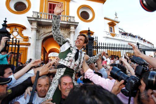 Apoteósica salida de El Juli por la Puerta del Príncipe de la Maestranza en la tercera corrida de la Feria de Abril