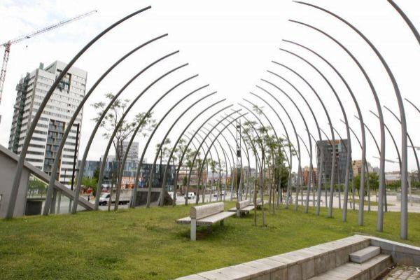 Zona ajardinada en la plaza Europa, en L'Hospitalet de Llobregat.