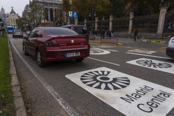 Acceso  al área restringida de Madrid Central en la calle de Alcalá, cerca de Cibeles.