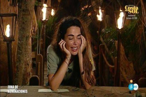 Violeta Mangriñan llora en la palapa tras una noche caracterizada por drama.