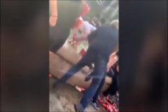 Hinchas del Liverpool tiran a un vendedor ambulante a una fuente