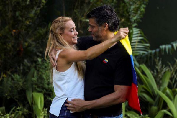 El opositor venezolano, Leopoldo López, abraza a su mujer, Lilian Tintori, en la embajada de España en Caracas.