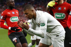 Saint-denis (France).- Paris Saint Germain's Kylian <HIT>Mbappe</HIT> (C) reacts after receiving a red card and sent off during the Coupe de France soccer final match between Stade Rennais and Paris Saint Germain (PSG), in Saint-Denis near Paris, France, 27 April 2019. (Francia) EPA/