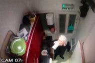 Captura de una de las grabaciones de Julian Assange dentro de la embajada de Ecuador en Londres