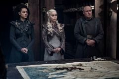 Missandei (Nathalie Emmanuel), Daenerys (Emilia Clarke) y Varys (Conleth Hill) en el capítulo 4 de la última temporada de Juego de Tronos