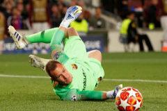 Ter Stegen se estira para despejar un disparo del Liverpool.