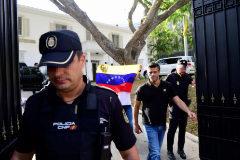 Leopoldo López en la puerta de la residencia del embajador español en Caracas.