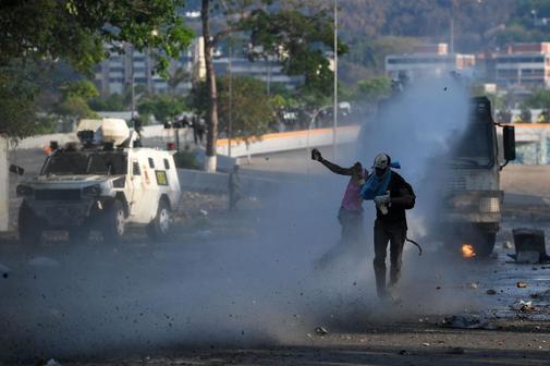 Enfrentamientos en las calles de Caracas entre partidarios de Guaidó y la policía del régimen.