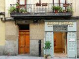 Entrada a la galería Échale Guindas, en la calle Pelayo.