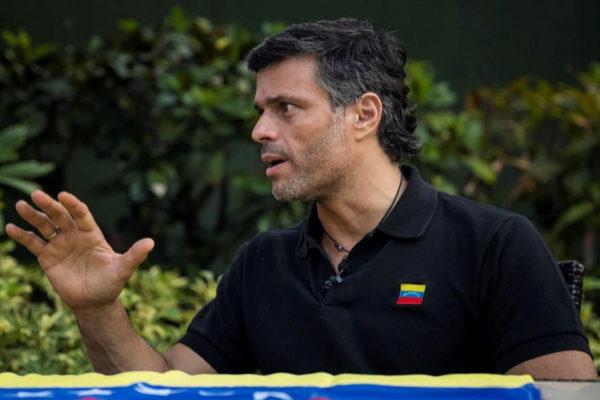 """AME8368. CARACAS (VENEZUELA), 02/05/2019.- El líder opositor venezolano <HIT>Leopoldo</HIT> <HIT>López</HIT> habla durante una entrevista concedida a Efe este jueves, en Caracas (Venezuela). <HIT>López</HIT> aseguró este jueves en una entrevista exclusiva con Efe que existe """"un claro interés"""" en el """"entorno más íntimo"""" del gobernante Nicolás Maduro de que salga del poder."""