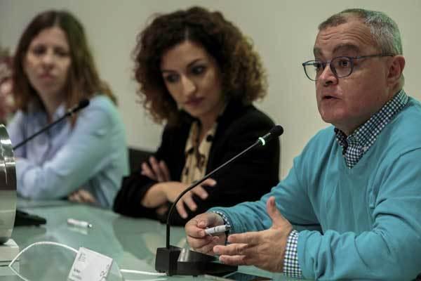 La presidenta de la Unió de Periodistes Valencians, Noa de la Torre, junto a los periodistas de Diario de Mallorca, Kiko Mestre (derecha) y de Europa Press, Antonia López.