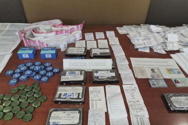 Documentación y discos incautados en la operación policial.