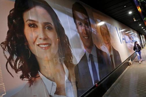 Cartel de los candidatos del PP por Madrid en la sede de Génova