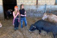 Aurora Nacarino Brabo (dcha) visita una explotación ganadera en Burgos