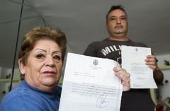 Óscar Romero y su madre, Manuela, con las respuestas del Rey.