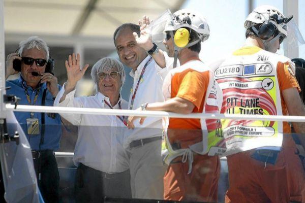 Francisco Camps y Bernie Ecclestone, durante un premio de F1 en...