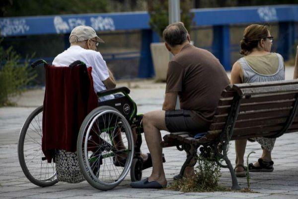 Ancianos junto a un geriátrico.