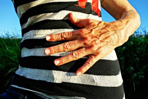 Los síntomas se pueden confundir con molestias abdominales.