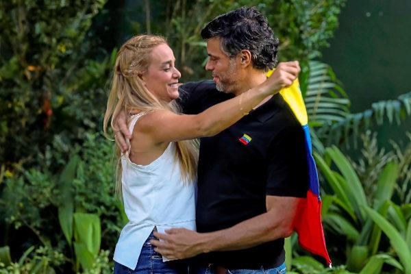 Leopoldo López abraza a su esposa, Lilian Tintori, durante una entrevista concedida ayer en la embajada española de Caracas.