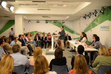 El presidente del PP Andaluz, Juanma Moreno Bonilla, se dirige ayer a los miembros del Comité Ejecutivo Andaluz de su partido en Sevilla.