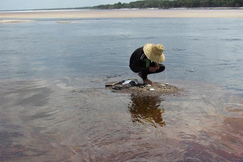 Uno de los hermanos que pesca todos los días para poder llevar comida para su familia, en el río Atapabo.