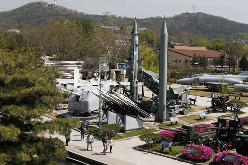 Los surcoreanos observan un misil balístico táctico Scud-B de Corea del Norte que se exhibe en el Museo Conmemorativo de la Guerra de Corea en Seúl, Corea del Sur,