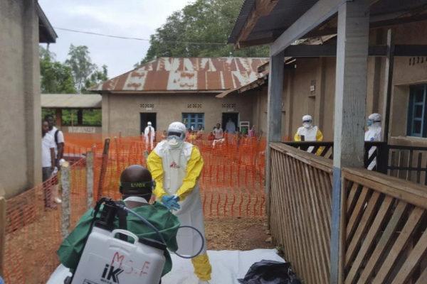 Trabajadores de MSF luchan contra el ébola.
