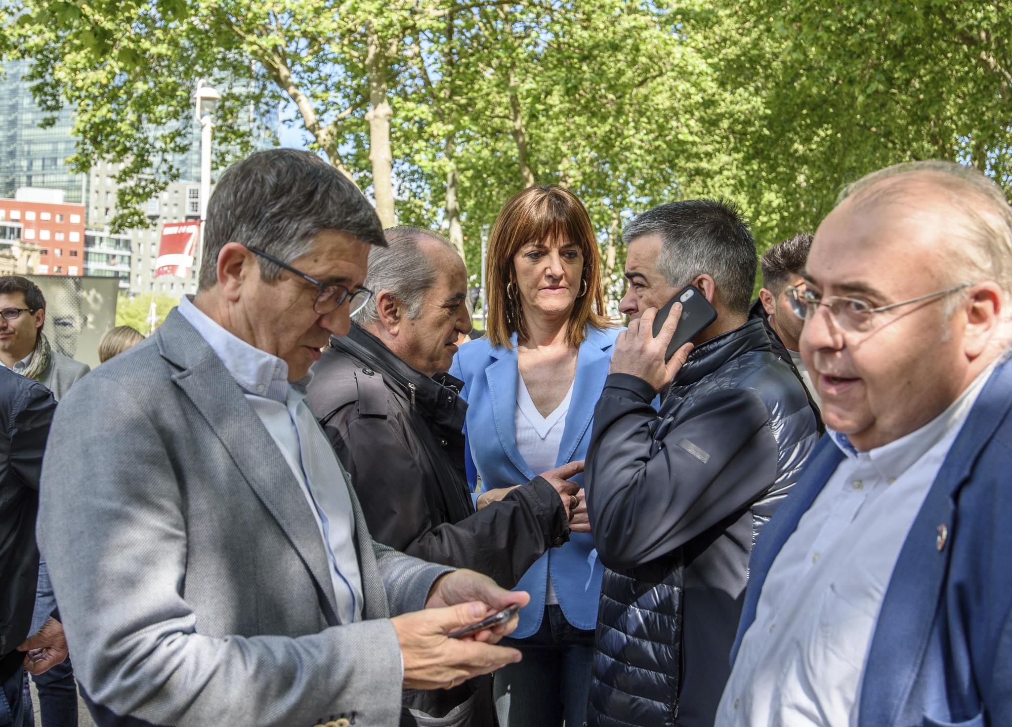 Idoia Mendia junto a otros líderes socialistas antes del acto de Bilbao.