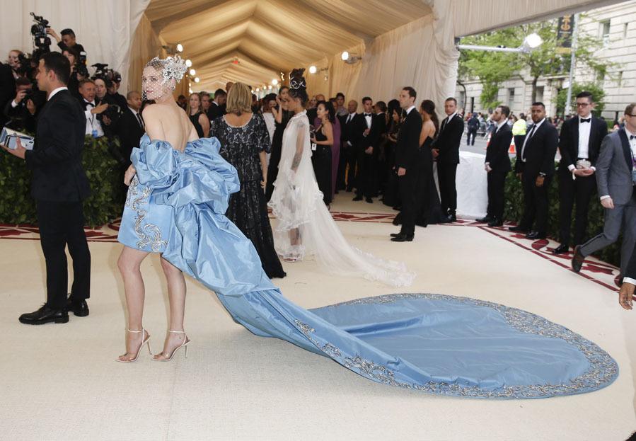 La actriz fue una de las mejor vestidas con este iseño de seda azul...