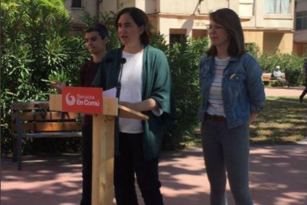 La alcaldesa Ada Colau con representantes de la formación Barcelona en Comú durante la presentación esta mañana de la política de vivienda que presentarán de cara a las próximas elecciones municipales, a las que se presenta para revalidar su mandato.