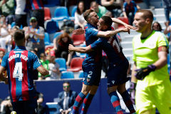 Borja Mayoral celebra con Vezo el segundo tanto del Levante ante el Rayo.