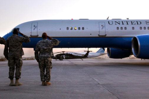 Fotografía de archivo del avión estadounidense saludado por soldados