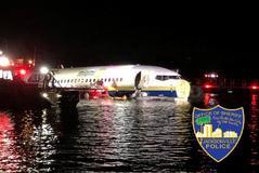 Un Boeing 737 en el río St. Johns, en Jacksonville, en Florida, EEUU.