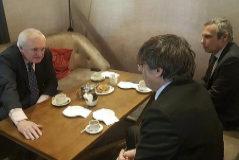 Carles Puigdemont con el ex primer ministro Bertie Ahern.