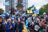 Manifestantes a favor de la independencia en Escocia marchan este sábado en Glasgow.