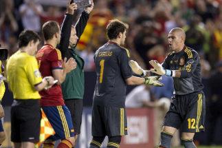 Casillas y Valdés, durante un partido de la selección española.