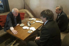 Carles Puigdemont con el ex primer ministro irlandés Bertie Ahern.