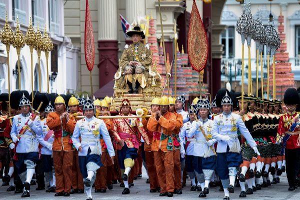 El monarca de Tailandia es transportado en palanquín, ayer, durante su coronación en Bangkok.