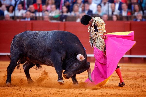 Sabrosa media verónica de Emilio de Justo ante el inmenso toro de Victorino Martín, este sábado, en la Maestranza
