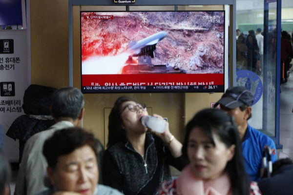 Surcoreanos viendo en televisión la noticia de las pruebas norcoreanas.