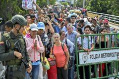Un gran grupo de personas espera para cruzar el puente Simón Bolivar, en la fronteriza Cúcuta.