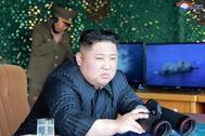 """El líder norcoreano Kim Jong-Un supervisa un """"simulacro de ataque"""", una prueba de lanzacohetes múltiples de largo alcance y armas tácticas guiadas, en el Mar del Este en un lugar no revelado en Corea del Norte."""