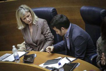 Los consellers Gabriela Bravo y Vicent Marzà, en sus escaños de las Cortes Valencianas.