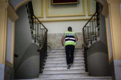 Un agente de la Udef durante el registro a una institución pública de la Comunidad Valenciana en una imagen de archivo.