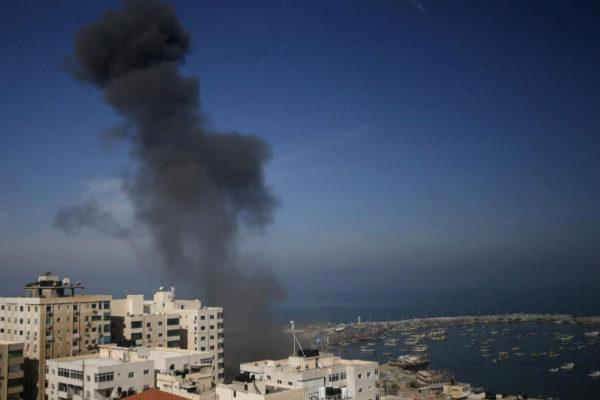 Columnas de humo en la ciudad de Gaza en el ataque aéreo israeli sobre el enclave palestino.