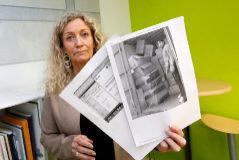 Anni Bach, en la redacción de EL MUNDO en Alicante, sostiene una fotografía del hombre que supuestamente la engañó y los justificantes de las transferencias.