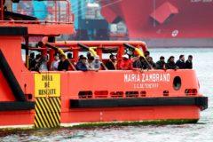 La embarcación María Zambrano traslada a un grupo de inmigrantes al puerto de Algeciras.