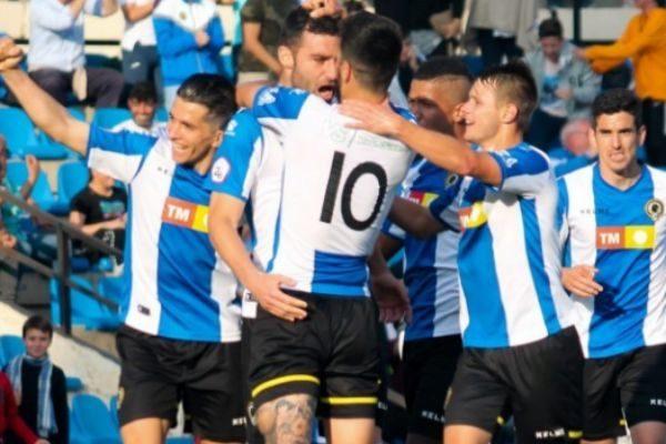 Los jugadores celebran el gol que les da acceso a la promoción.